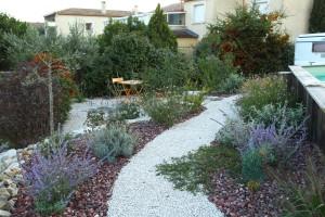 un jardin fleuri et champètre propice aux pollinisateurs